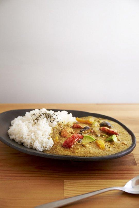 エビと彩り野菜とアボカドのグリーンカレー