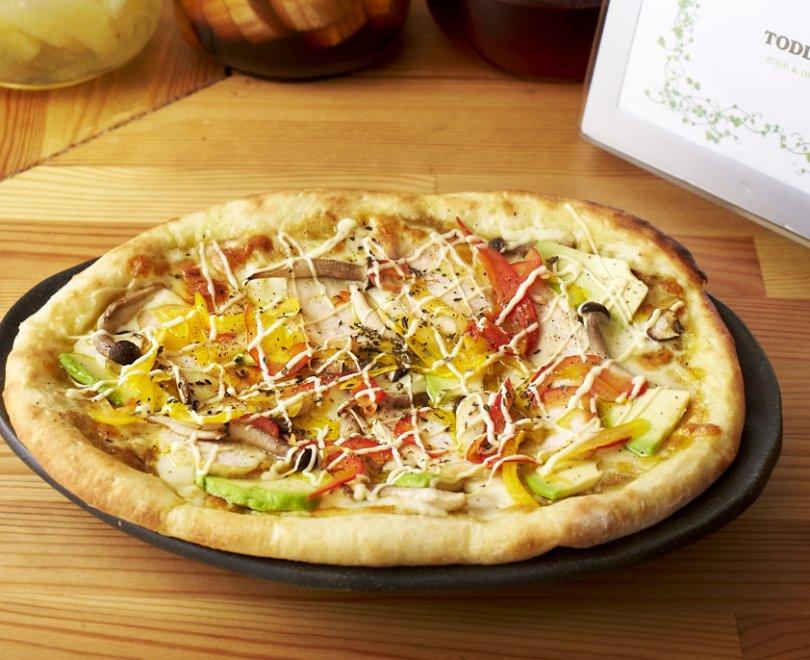 チキンとマッシュルームのピザ(グリーンカレーソース)